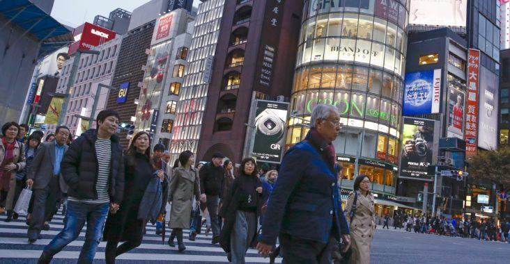 L'indice de base des prix à la consommation a continué à baisser au Japon en octobre, pour le troisième mois de suite et les dépenses des ménages ont reculé elles aussi, illustration de la fragilité de la situation économique. /Photo prise le 26 novembre 2015/REUTERS/Thomas Peter